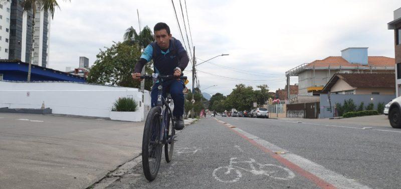 Joinville é conhecida como a Cidade das Bicicletas, mas como anda a estrutura da cidade para as magrelas? O ND+ falou com ciclistas que relataram problemas e insegurança – Foto: Jean Balbinotti/ND Digital