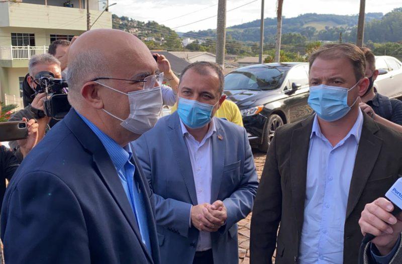 Ministro da Educação, Milton Ribeiro, e o governador Carlos Moisés, em visita à creche em Saudades na tarde desta sexta-feira (14) – Foto: Willian Ricardo/ND