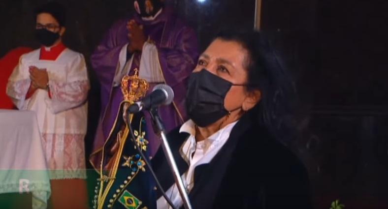 A atriz Regina Casé conduziu os presentes na oração da Ave Maria – Foto: Youtube/Reprodução/ND