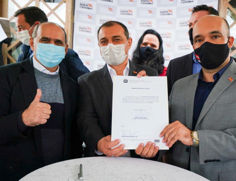 Carlos Moisés assinou ordem de serviço para restauração da SC-114 – Foto: Ricardo Wolffenbuttel/SECOM