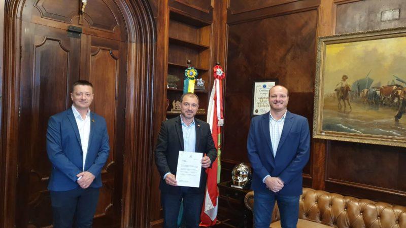 Carlos Moisés entre os prefeitos de São Carlos, Rudi Sander, e do prefeito de São Domingos , Marcio Grosbelli (à dir.) – Foto: moisés PP