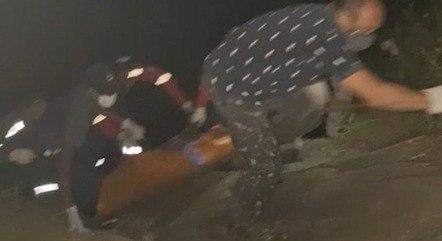 A mulher pulou de altura de três metros nas águas e namorado saltou na cachoeira para tentar salvá-la – Foto: PMMG/Divulgação