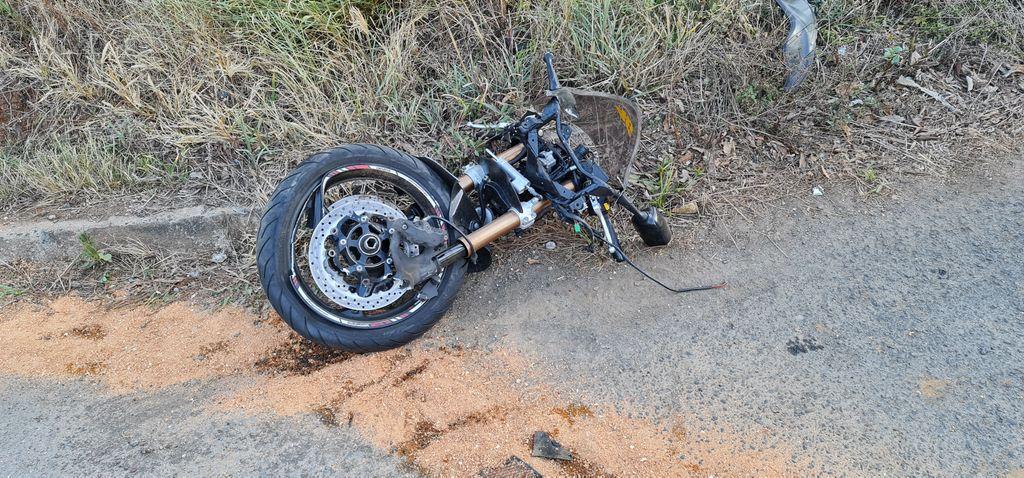 Com o impacto da batida, a moto com placa de Ponte Serrada se partiu ao meio - Portal Éder Luiz/Divulgação ND