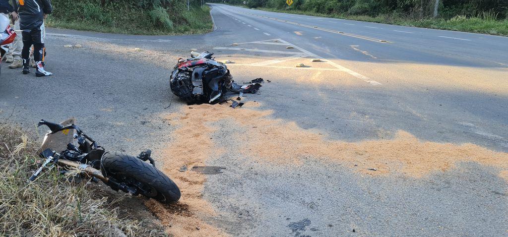 Motociclista de 61 anos teve ferimentos graves nas pernas - Portal Éder Luiz/Divulgação ND