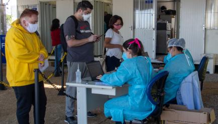 Pessoas esperando na fila para vacinar