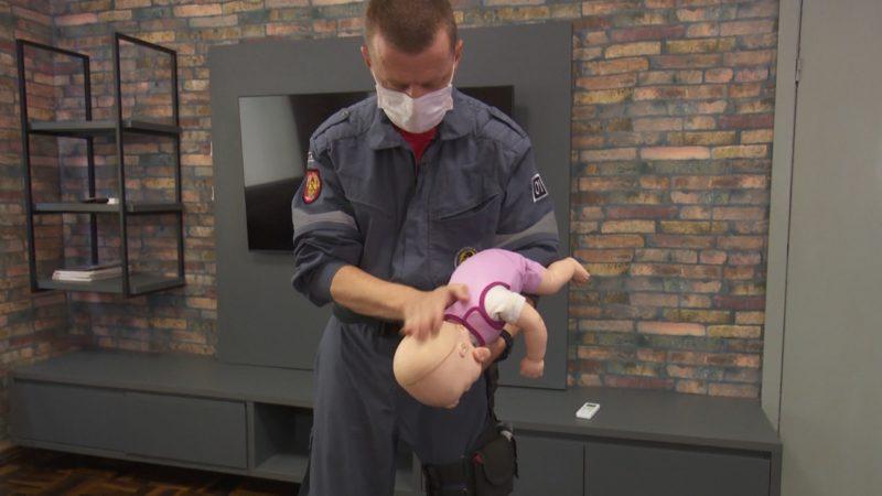 Entenda o que fazer quando o bebê está engasgado – Foto: Gladionor Ramos/NDTV