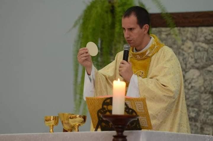 Padre Alexandre Paulo de Matos morreu aos 46 anos após sofre um acidente em uma trilha – Foto: Reprodução/Redes Sociais