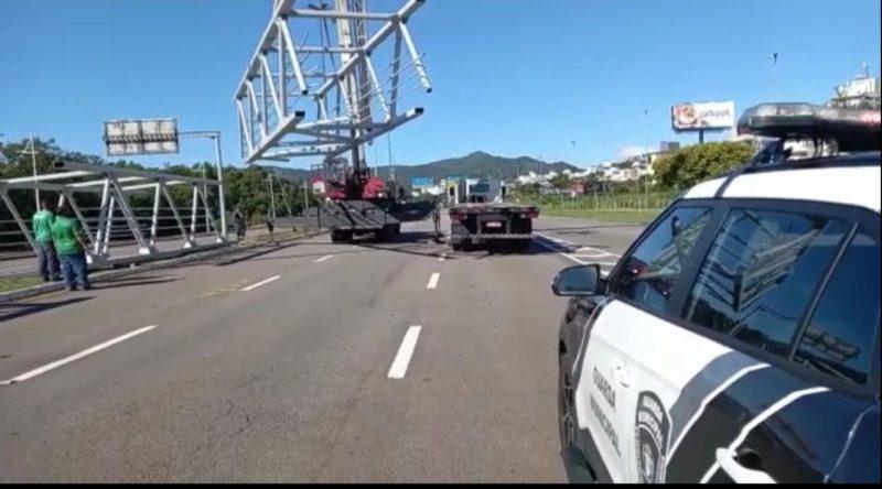 Trabalho de reinstalação da estrutura está sendo acompanhado pela Guarda Municipal de Florianópolis – Foto: Divulgação/ND