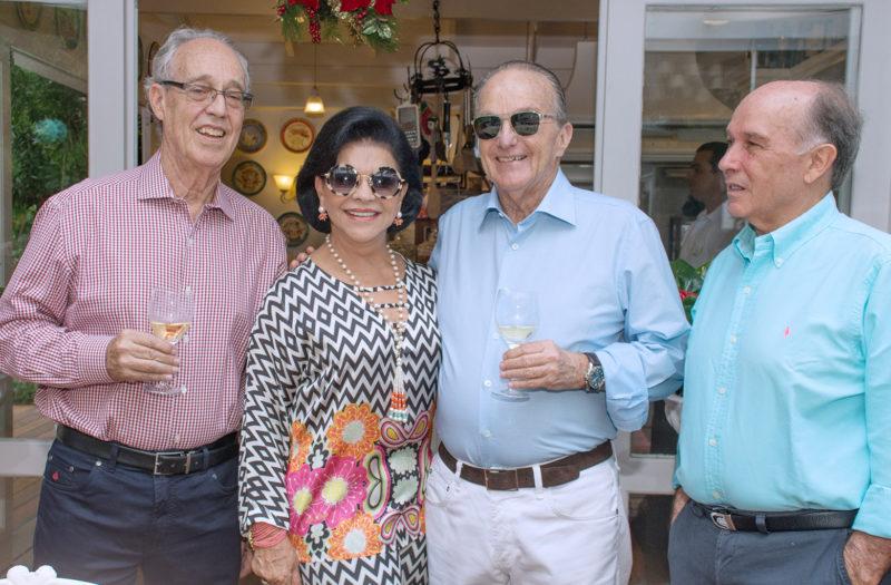 Dr. Paulo com Lúcia Vincenzi, Jorge Bornhausen e Napoleão Amarante no Clube dos Goumets – Foto: Arquivo
