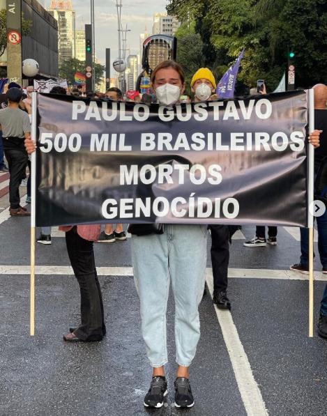 Artistas e amigos levaram faixas homenageando Paulo Gustavo, vítima da Covid-19 – Foto: Instagram/Divulgação/ND