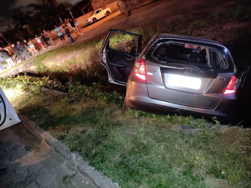 Carro caiu em uma vala, autor teria disparado contra os policiais e foi alvejado – Foto: Polícia Militar/Divulgação