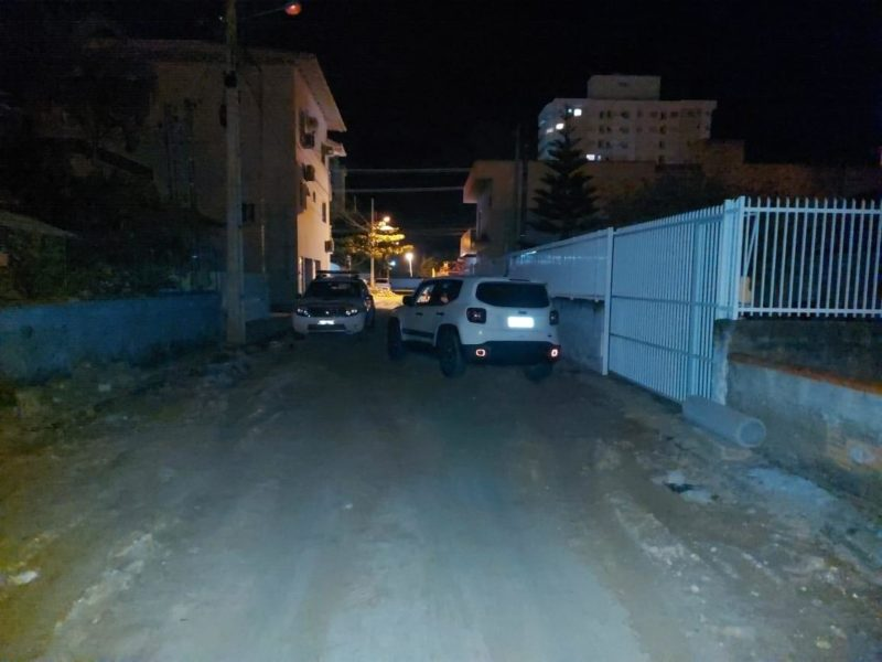 Um dos carros foi abandonado depois da perseguição – Foto: Polícia Militar/Divulgação