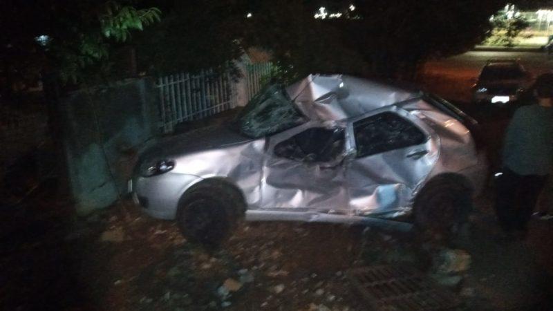 Carro foi arrastado e bateu contra o muro. – Foto: Polícia Militar/Divulgação/ND