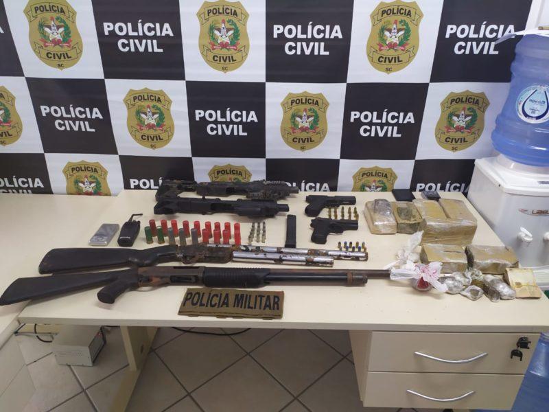 Polícia prendeu 25 pessoas em operação no Morro da Mariquinha, em Florianópolis – Foto: Divulgação/PCSC