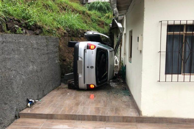 Carro cai em ribanceira e atinge casa durante fuga de traficantes em Blumenau – Foto: Divulgação/Polícia Civil