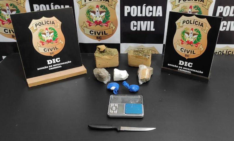 No carro os policiais encontraram drogas e uma balança de precisão – Foto: Divulgação/Polícia Civil