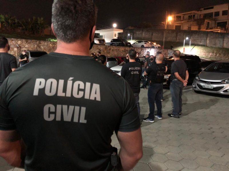 Cerca de 100 policiais participaram da operação