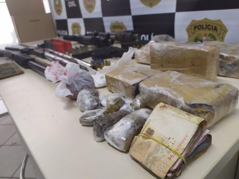 Policiais apreenderam drogas, armas, munições e dinheiro – Foto: Divulgação/PCSC