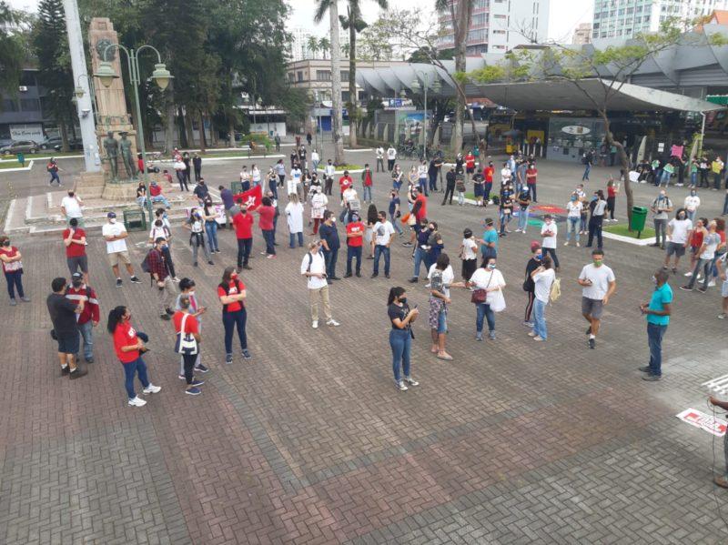 Manifestantes se reuniram na Praça da Bandeira, em Joinville – Foto: Thiago Bonin/NDTV