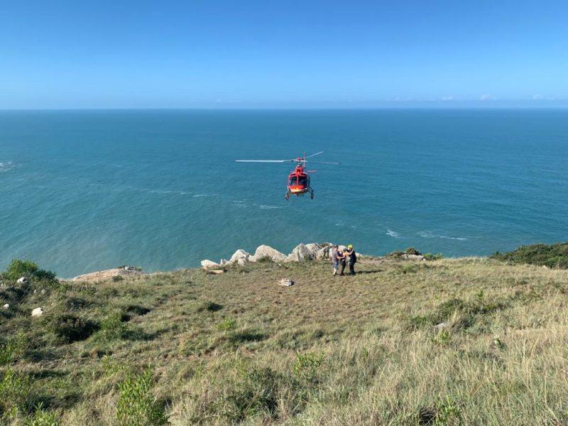 Uma mulher precisou ser resgatada pelo helicóptero Arcanjo, do Corpo de Bombeiros, enquanto fazia uma trilha no topo de um morro, em Florianópolis. – Foto: Divulgação/ND