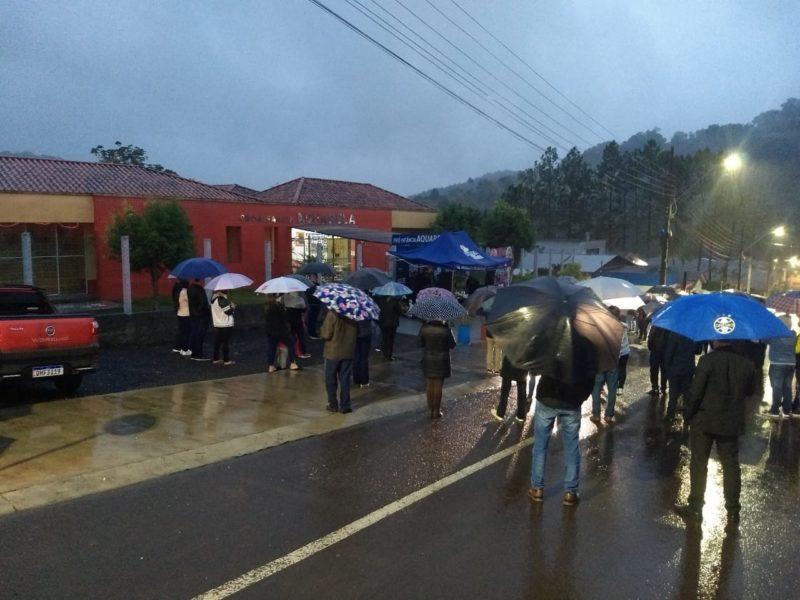 Moradores se reuniram em frente a creche para prestar homenagem às vítimas. – Foto: Rodrigo Kroth/Divulgação