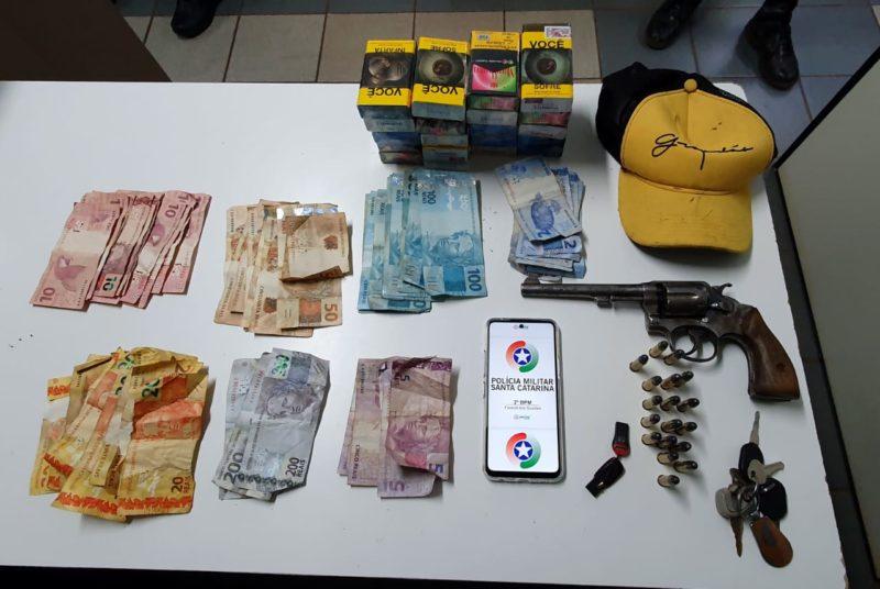PM prendeu um assaltante e apreendeu dinheiro, armas e munições usadas durante os roubos – Foto: Polícia Militar/Divulgação/ND
