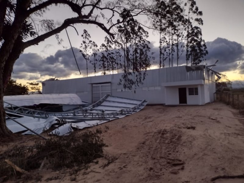 Galpão de máquinas e equipamentos foi destelhado em Santa Rosa do Sul – Foto: Divulgação/DefesaCivil/ND