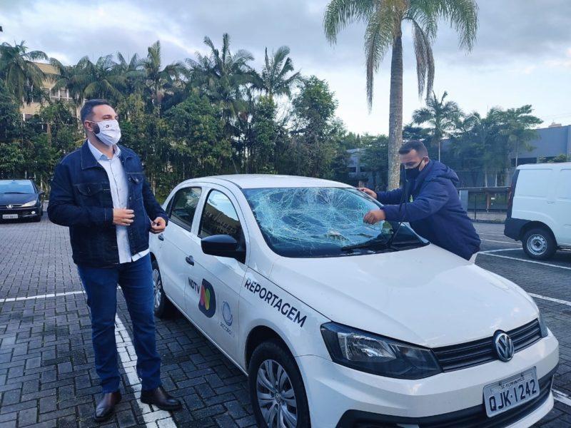 Ricado Alves, Ronaldo Daros e o carro destruído – Foto: Dani Lando/NDTV Record Joinville
