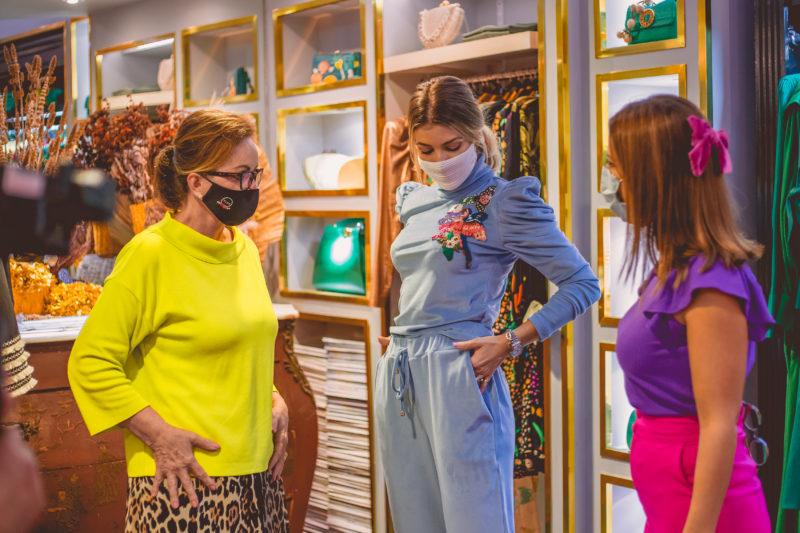 """Conjunto em plush PatBo. Tida Zanatta (à esq.) com Camila Guollo Queiroz e Marta Gomes. As peças trazem o tema do momento, segundo Tida, que é o conforto. """"Com a pandemia, muitas pessoas adotaram o home office, então, essa passou a ser questão importante. Fique em casa, mas fique linda. Esse look em veludo também traz um trabalho artesanal e criativo. A marca PatBo é de Minas Gerais e seus bordados são feitos à mão"""", destaca. Foto: Isis Lacombe/ND"""