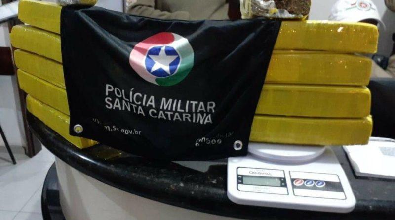 Droga foi encontrada dentro do carro dirigido pela adolescente – Foto: Polícia Militar/Divulgação