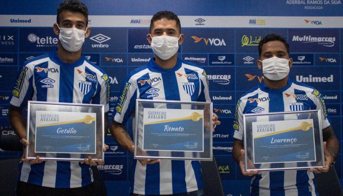 Além das camisa com o número 100, atletas receberam uma placa em homenagem – Foto: André Palma Ribeiro/Avaí/ND