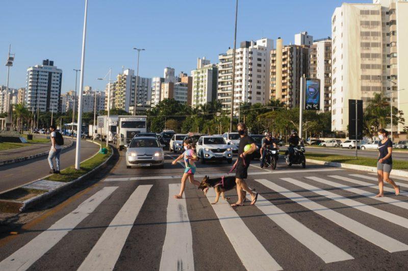 Travessia de pedestres na Avenida Beira-Mar em Florianópolis