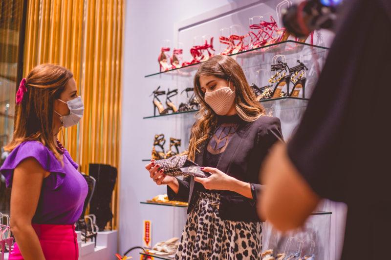 UZA traz coleção focada no empoderamento feminino para o inverno 2021. Na foto, Marta Gomes e Danúbia Prado, proprietária da loja Uza no shopping – Foto: Isis Lacombe/ND