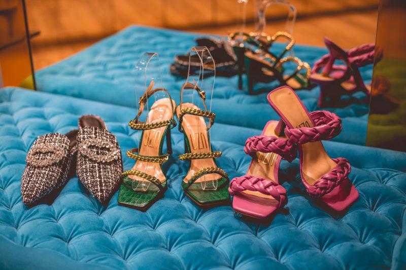 Para quem está curioso com os preços, antecipamos aqui (esq.para dir.): Flat em Tweed R$ 279, sandália verde com correntes R$ 319 e a sandália pink sai R$ 289,90 – Foto: Isis Lacombe/ND