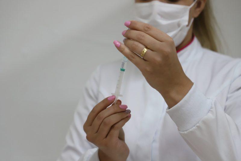 enfermeira com seringa de vacina