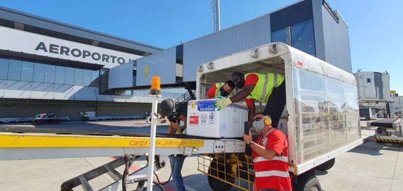 Vacinas chegaram ás 13h35 no Aeroporto Internacional Hercílio Luz, em Florianópolis – Foto: Núcleo de Comunicação/DIVE-SC