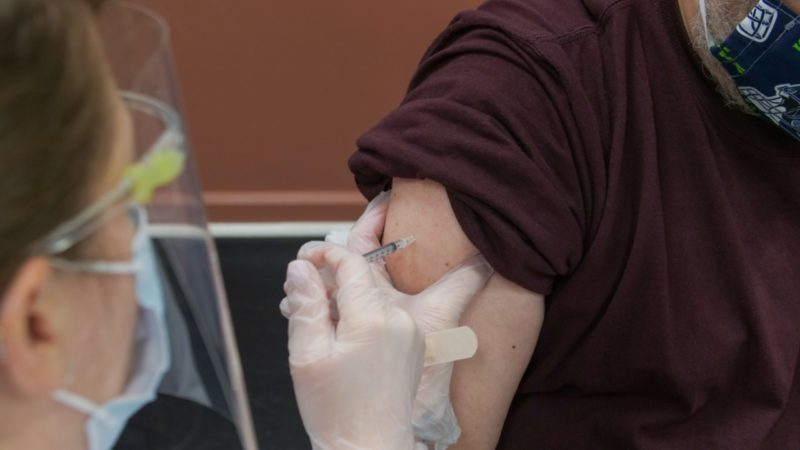 enfermeira aplicando vacina