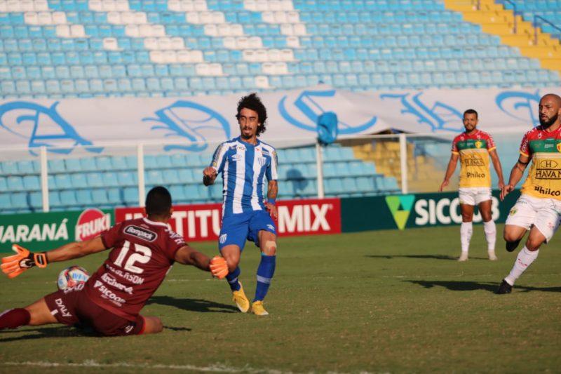 Valdívia, cara a cara com Dalberson, perde grande chance para o Avaí – Foto: Frederico Tadeu/Avaí F.C