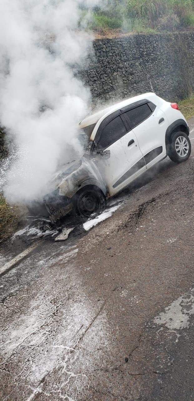 Incêndio destrói carro na BR-470 em Blumenau - Divulgação/Corpo de Bombeiros Blumenau