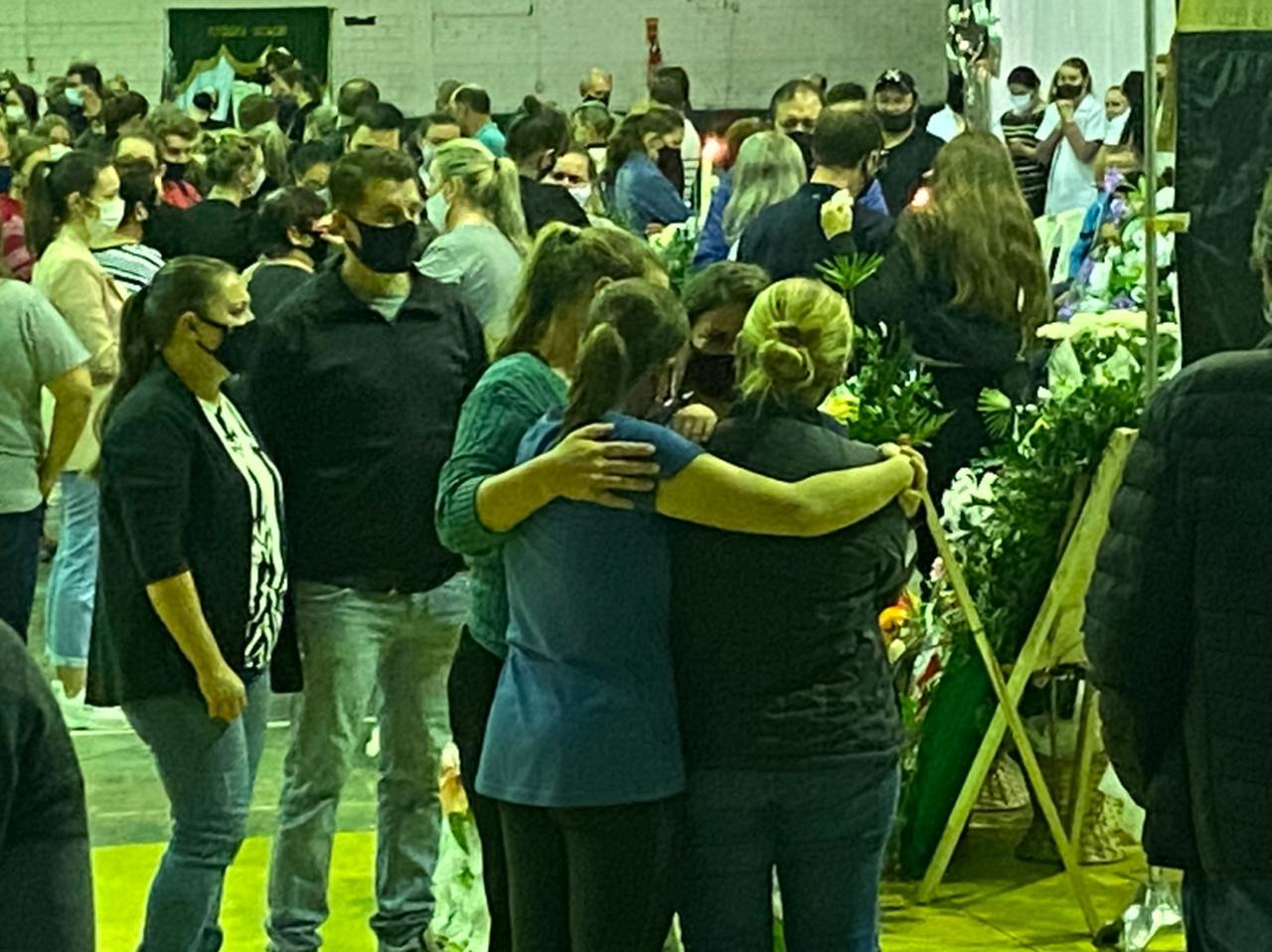 Carinho e conforto são levados às famílias que perderam seus entes queridos durante o ataque em escola de Saudades - Willian Ricardo/ND
