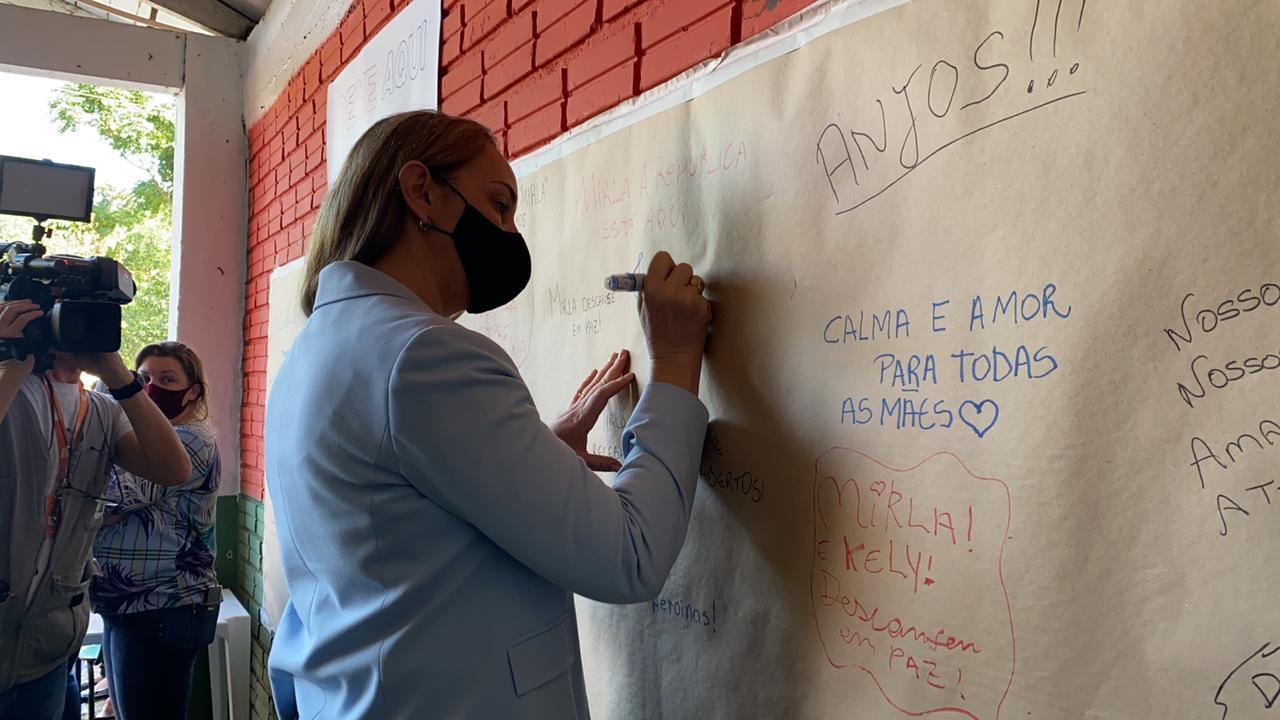 Governadora interina Daniela Reinehr acompanhou o velório coletivo nesta manhã de quarta-feira (5) - Willian Ricardo/ND