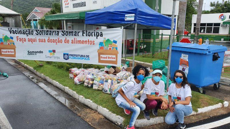 Voluntários no ponto de coleta de alimentos durante a vacinção no drive thru da SC-401, na Capital – Foto: PMF/Divulgação/ND