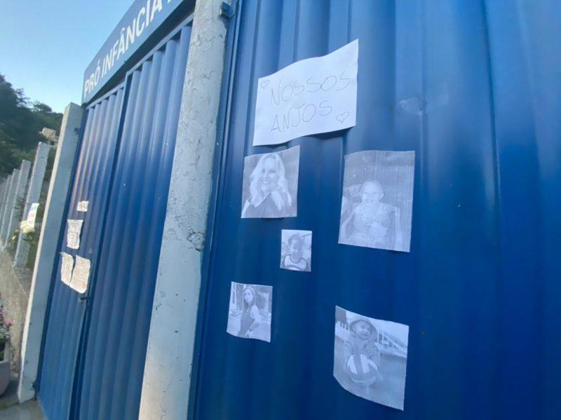 """Cinco pessoas morreram no ataque. Entre elas, estão três crianças, todos bebês com menos de 2 anos, a professora Keli Adriane Anieceviski, de 30 anos, e a agente educativa, Mirla Renner, de 20 anos. Fotos das vítimas foram colocadas no portão da escola junto com mensagens: """"Nossos anjos"""". – Foto: Willian Ricardo/NDMais"""