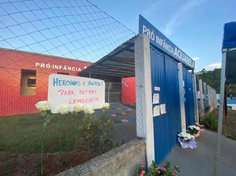 """""""Heroínas e anjos! Para sempre lembrados"""". Cartazes em homenagem às vítimas do ataque foram colocados em frente a escola. – Foto: Willian Ricardo/NDMais"""