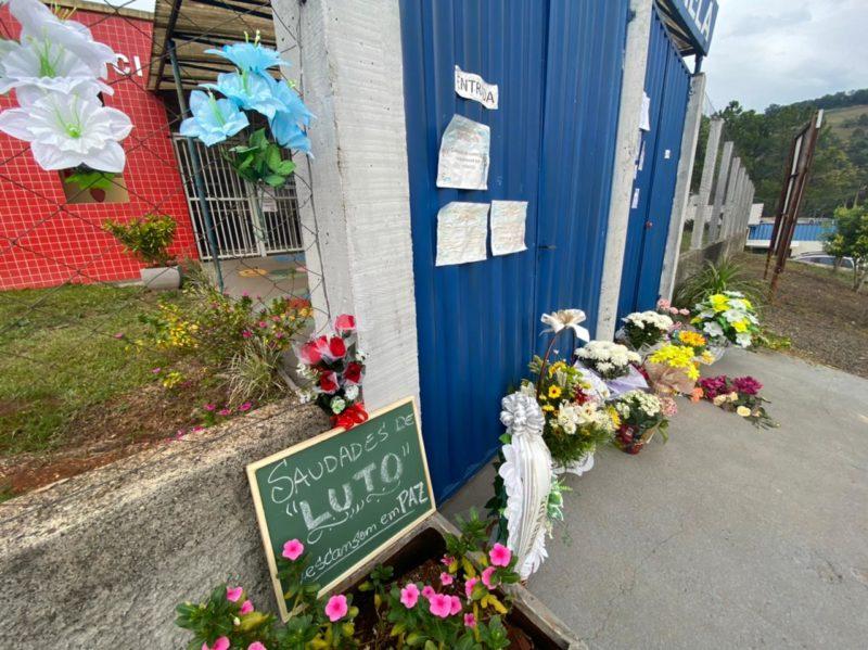 Homenagens são deixadas em frente a escola. – Foto: Willian Ricardo/NDMais