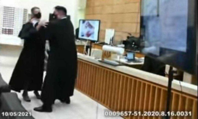 Advogada é chacoalhada no Tribunal do Júri em julgamento de Luis Felipe Manvalier – Foto: Reprodução
