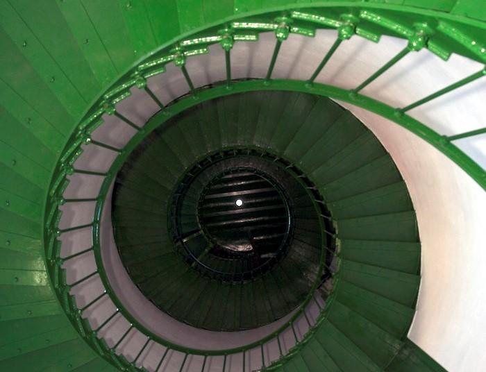 São 142 degraus para subir os 29 metros em espiral por dentro do farol – Foto: Prefeitura de Laguna/ND