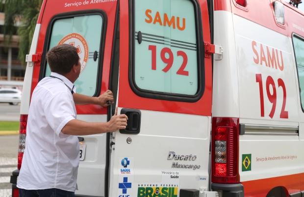 Imagem mostra ambulância do Samu e homem abrindo a porta traseira