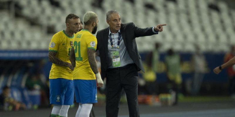 Tite orienta Gabriel Brabosa [de costas] e Éverton Cebolinha; na Copa América – Foto: Lucas Figueiredo/CBF/divulgação