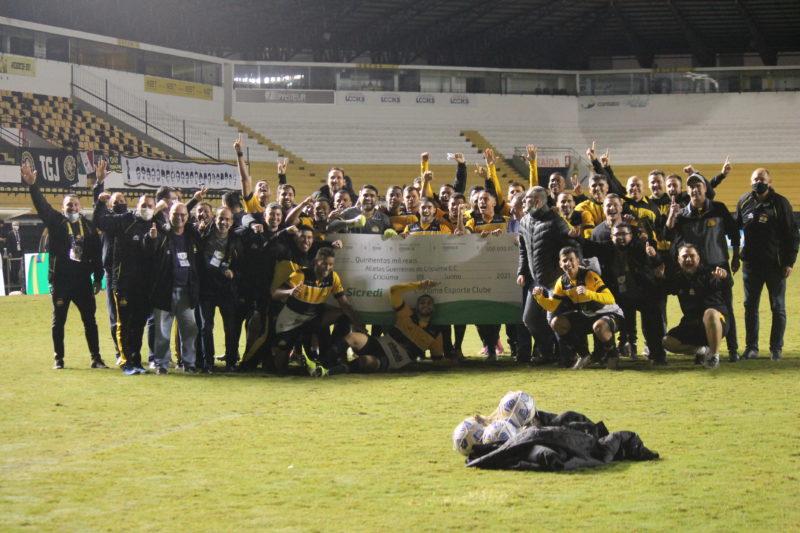 Jogadores posaram para foto com o cheque alusivo à premiação que irão receber por avançar de fase – Foto: Celso da Luz/CriciúmaEC/ND